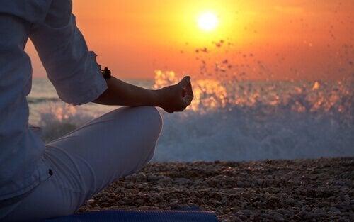 Meditation i solnedgång