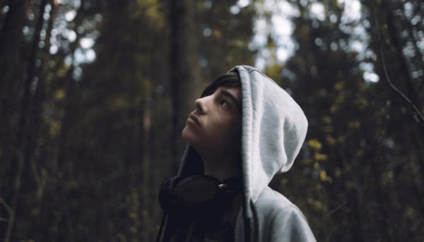 Tonåring i skogen