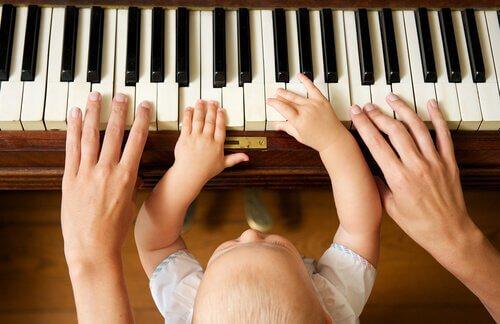 Bebis som spelar piano.