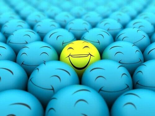 En gubl boll bland många blå bollar.