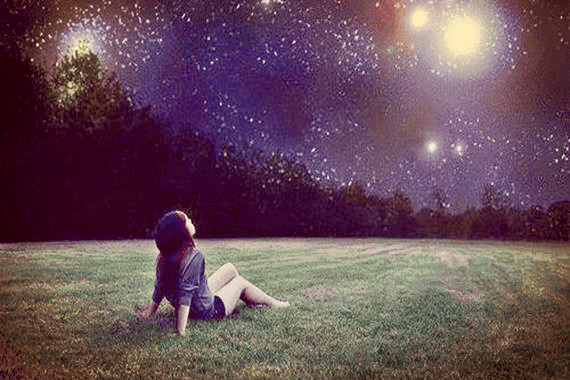 Flicka som tittar på stjärnor.