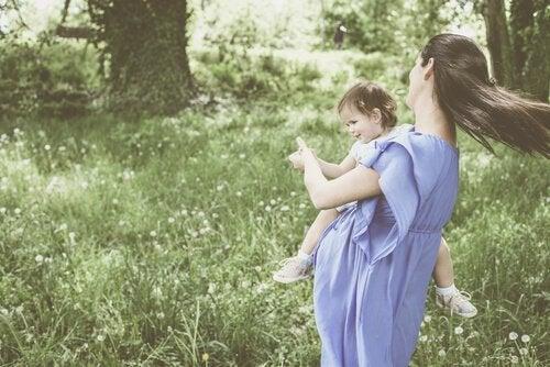 Kvinna med barn i naturen.