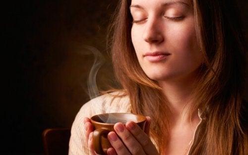 Kvinna med en kopp kaffe.