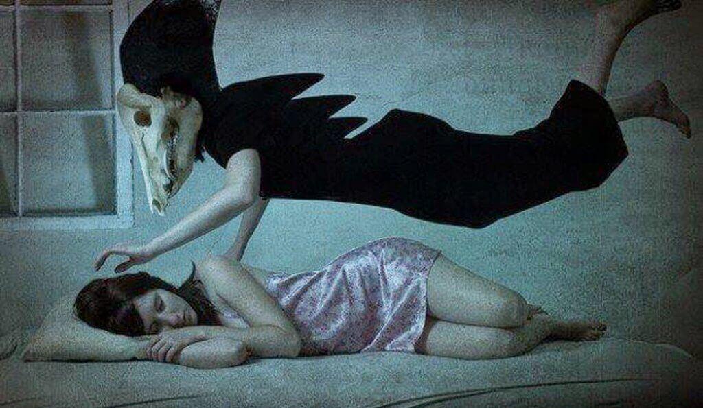 Kvinna som är drabbad av sömnparalys.