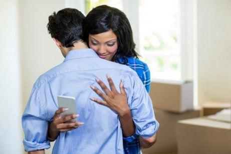 Kvinna som bedrar sin man