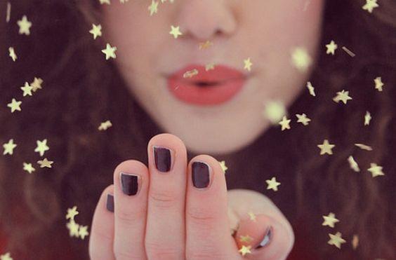 Kvinna som blåser iväg stjärnor.