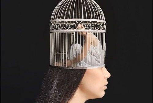 Kvinna som har en bur på huvudet.