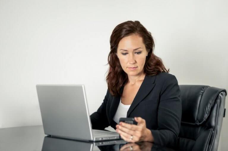 Kvinna som jobbar med laptop.
