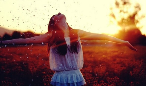 Kvinna som känner sig glad.