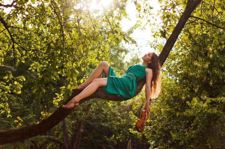 Kvinna som ligger på träd.