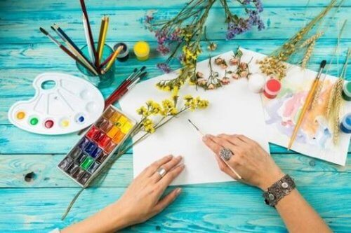 Kvinna som målar med olika färger.