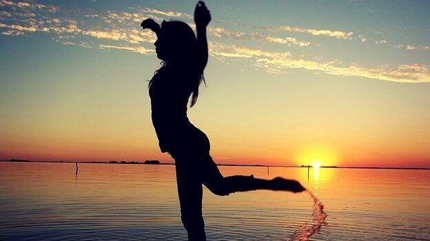 Kvinna som sträcker på armarna.