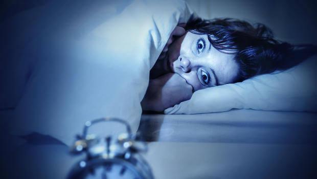 Kvinna som tittar på klocka.