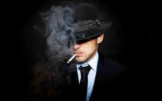 Man som röker.