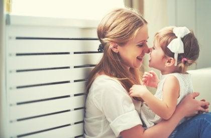 Mor och dotter gnuggar näsorna mot varandra