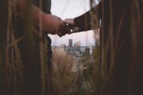 Par som håller varandra i händerna