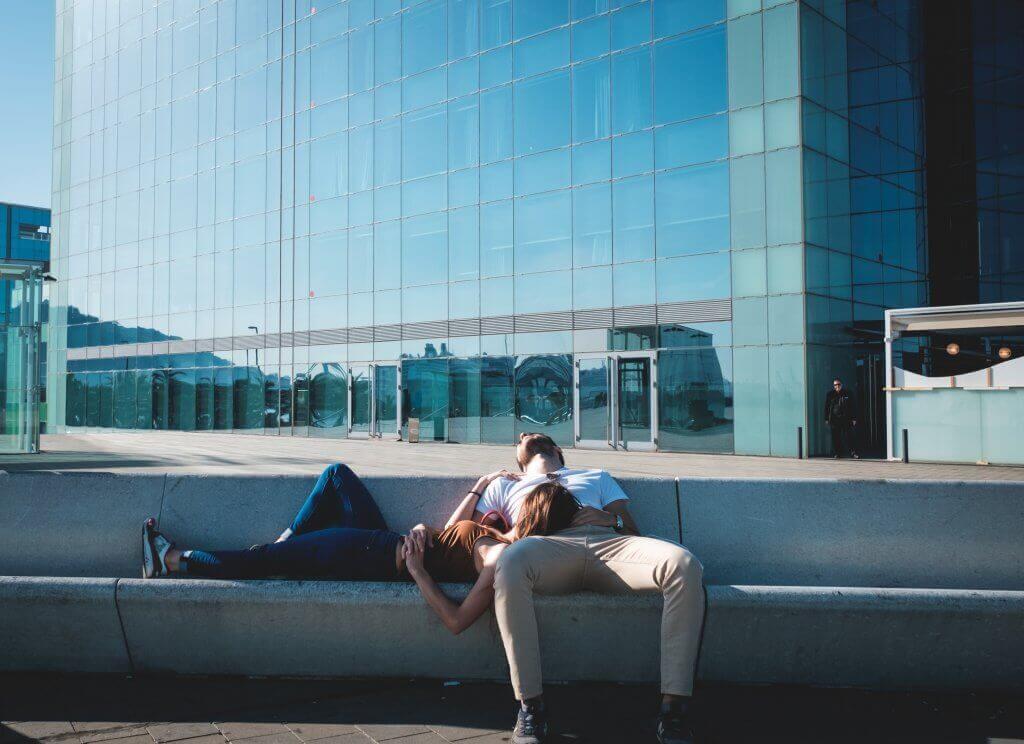 Par som slappnar av.