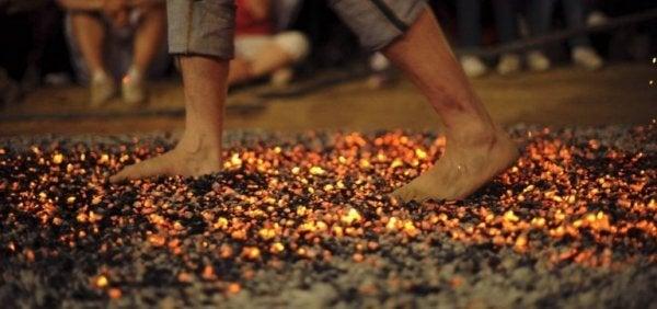 Person som vandrar på kol.