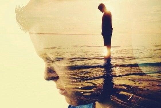 Pojke som står vid havet.