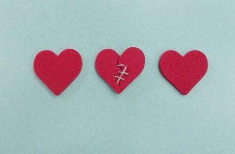 Tre hjärtan varav ett som är ihopsytt
