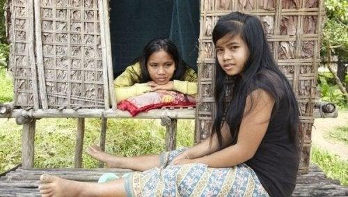 Två flickor från urinvånargrupp