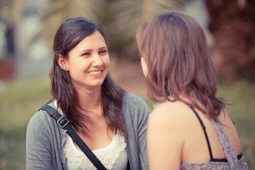 Två kvinnor som kommunicerar