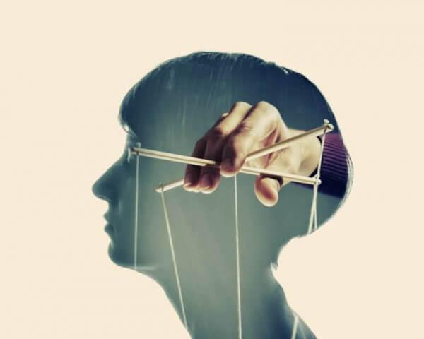 Kvinna blir kontrollerad med maskerade kontrollmekanismer
