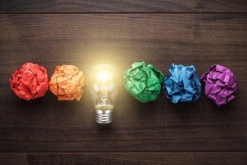 Glödlampa bland skrotade idéer