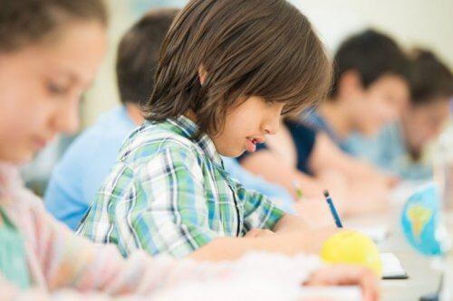Barn gör läxor