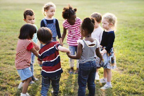 Barn som bildar ring