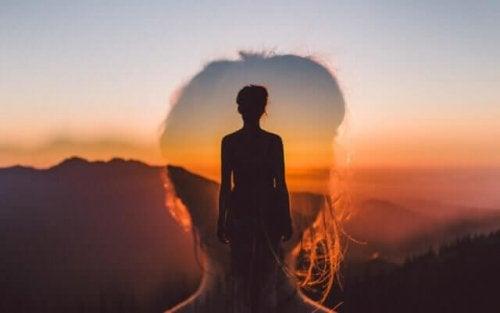 En kvinna som blickar ut i solnedgången