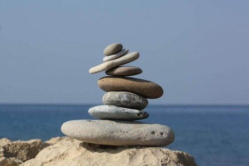Flata stenar staplade på varandra