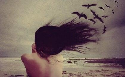 En kvinna med fåglar