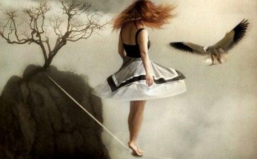 Flicka som balanserar på spänd lina