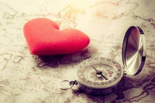 Hjärta och kompass som ligger på en karta.