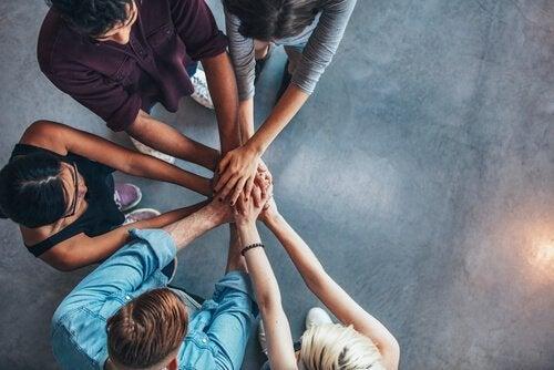 Kollegor håller ihop händerna tillsammans
