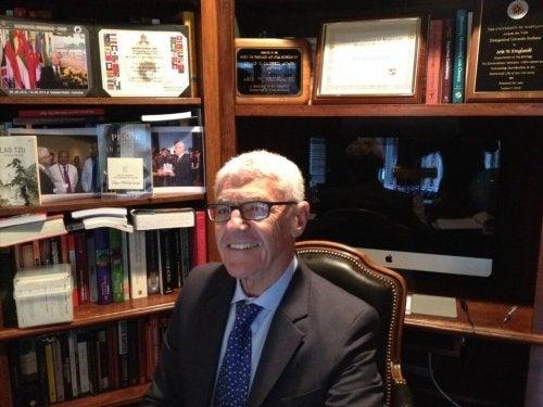 Kruglanski ler på sitt kontor.