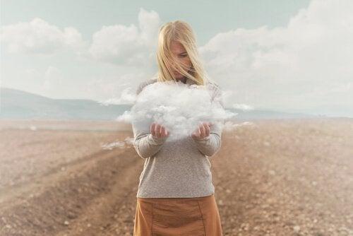 Kvinna med moln i händerna.