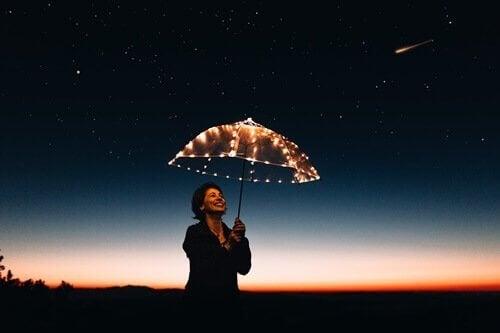 En kvinna med ett paraply med ljus