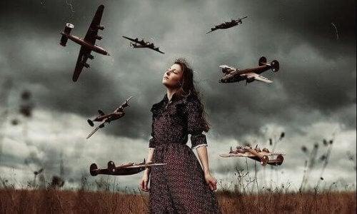 Kvinna omgiven av flygplan.