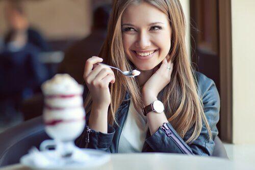 Kvinna som äter glass.