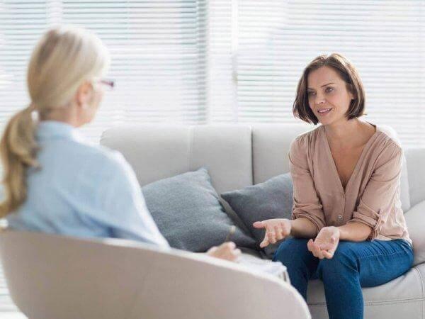 Kvinna som samtalar med psykolog.