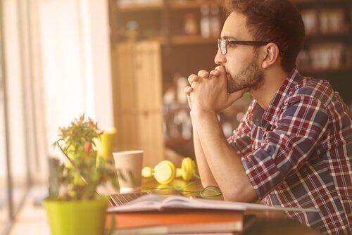 Vad är skillnaden mellan envishet och bestämdhet?