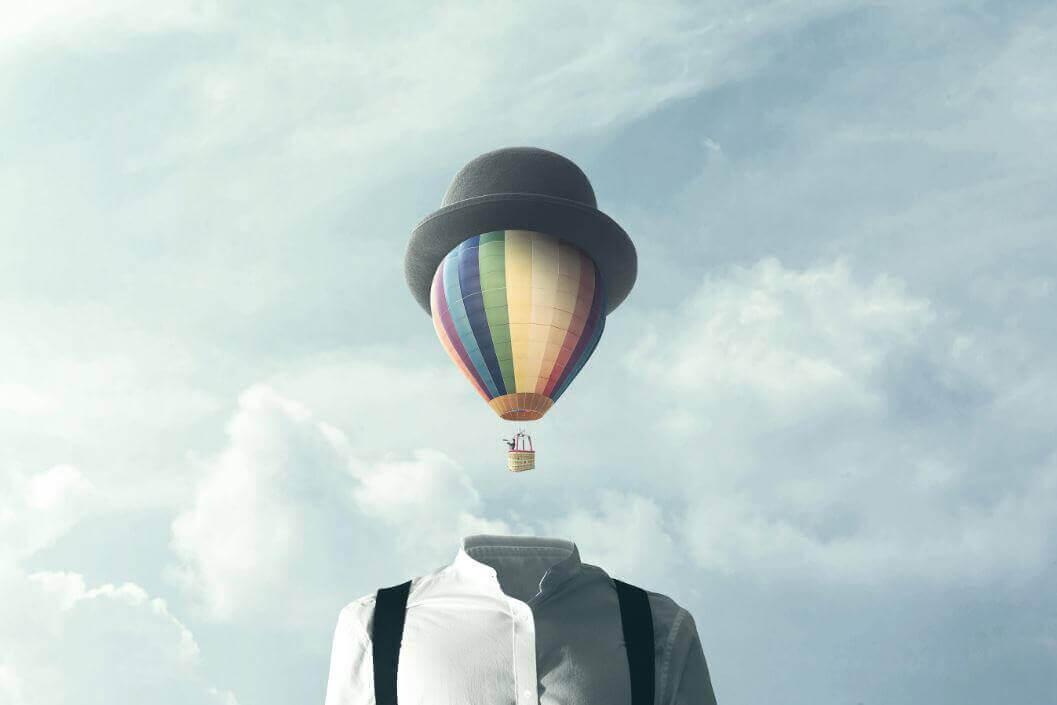 Man med luftballong som huvud