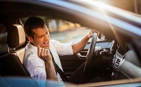 Man som sjunger då han kör bil.