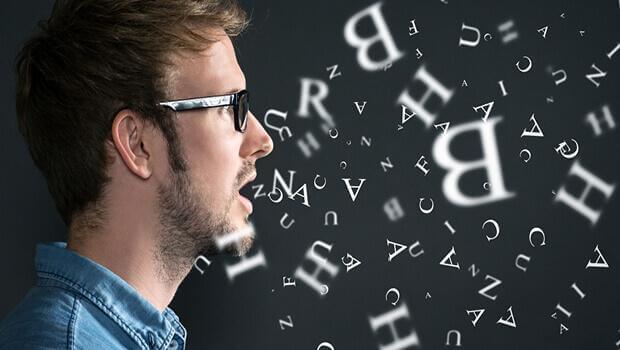 Man som talar bokstäver.