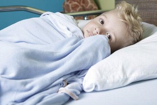 Pojke med cancer i sjukhusbädd