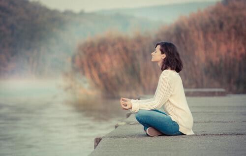 Kvinna mediterar