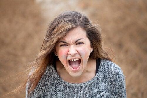 Kvinna med explosiv ilska