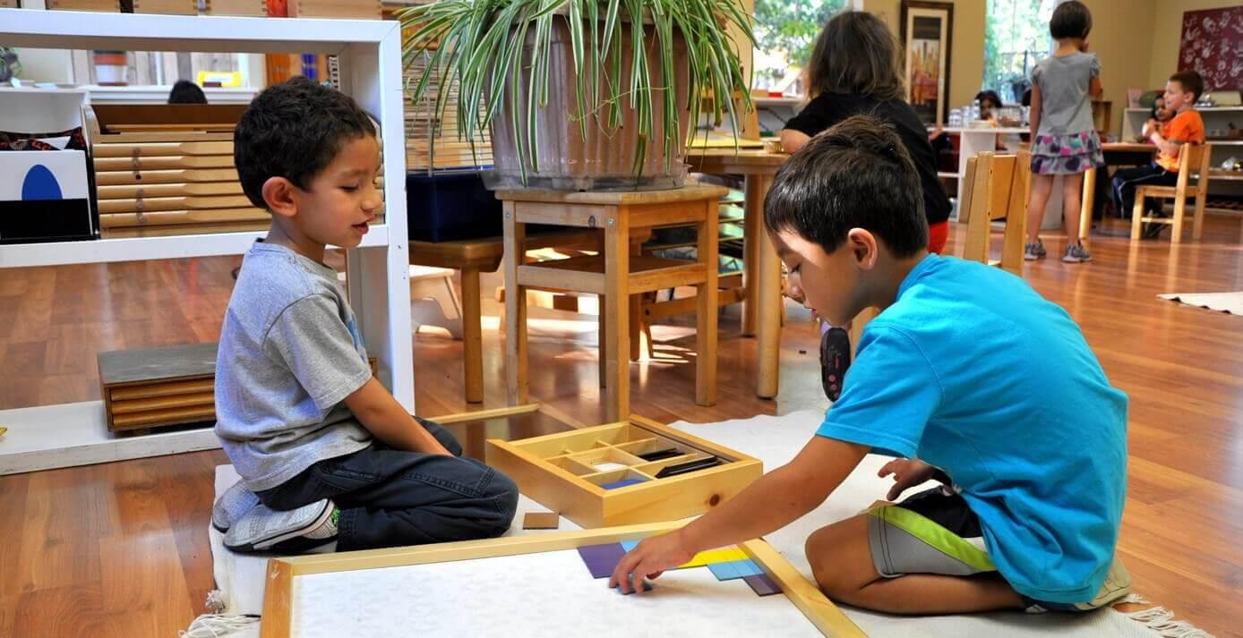 Barn i Montessori-skola
